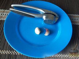 Борщ на свиных ребрышках: Чеснок очистите и через пресс выдавите в борщ. Приправьте борщ  солью и черным молотым перцем.