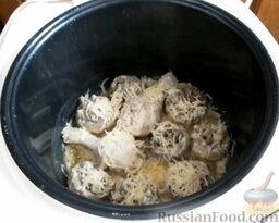 Фаршированные грибы с курицей (в мультиварке): Посыпать сыром грибы и куриные ножки.