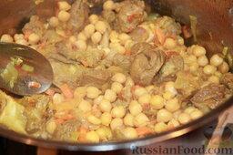 """Шорба хумус (алжирский суп из нута): Выложить мясо в кастрюлю для супа, добавить примерно 0,5 стакана воды, выложить нут (предварительно слить с него воду), на большом огне потушить минут 5, чтобы нут """"пропитался"""" мясо-овощным соусом."""