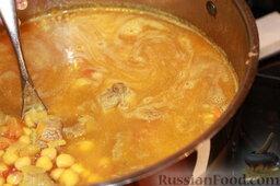 Шорба хумус (алжирский суп из нута): Добавить воды (я добавляла до метки 4 литра, суп должен быть относительно густой) и варить до готовности мяса. В процессе добавлять соль по вкусу.