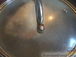Сырный суп по‑французски, с курицей: Филе курицы помыть, разрезать на небольшие кусочки, выложить в кастрюлю, залить холодной водой, поставить на огонь. Довести до кипения, варить на небольшом огне до готовности (около 30 минут).