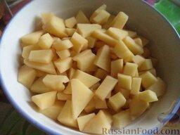 Сырный суп по‑французски, с курицей: Тем временем картофель очистить, помыть, разрезать на кусочки.