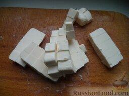 Сырный суп по‑французски, с курицей: Нарезать небольшими кусочками плавленый сыр.
