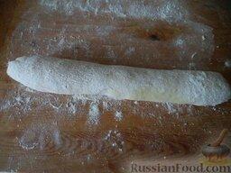 Зразы картофельные с грибами: Тесто разделить на 2 части. Из каждой части сформировать колбаску.