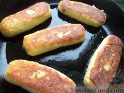 Зразы картофельные с грибами: Разогреть сковороду, налить растительное масло. В горячее масло выложить зразы. Жарить на среднем огне до золотистости со всех сторон (около 5 минут). Так пожарить все зразы.