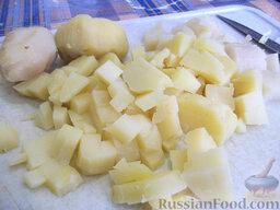 Окрошка на газировке: Этот рецепт до банальности прост. Картофель отварим в мундире в подсоленной воде. Затем дадим остыть, очистим кожуру, порежем кубиками и положим в кастрюлю.
