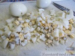 Окрошка на газировке: Яйца отварим 10 минут до крутой консистенции, положим в холодную воду охладиться, очистим скорлупу, порежем кубиками и отправим вслед за картофелем в кастрюлю.
