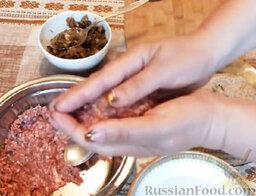 Мясные зразы с грибами: Взять еще порцию фарша. Выложить сверху на грибы.  Сформировать котлету так, чтобы начинка оказалась внутри.