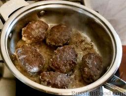 Мясные зразы с грибами: Перевернуть. Накрыть крышкой и жарить еще примерно 5 минут.