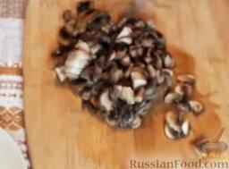 Мясные зразы с грибами: Шампиньоны нарезать мелкими кубиками.