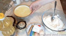Разноцветные блины (блинный торт): Всыпать в миску муку, влить сыворотку.