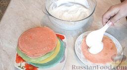 Разноцветные блины (блинный торт): Блинчик смазать сливками.
