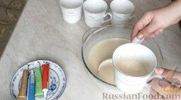 Разноцветные блины (блинный торт): Разлить тесто по чашкам.