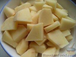 Быстрый постный борщ: Тем временем очистить и помыть картофель. Нарезать кусочками.