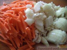 Быстрый постный борщ: Очистить и помыть лук и морковь. Лук нарезать кубиками, а морковь натереть на крупной терке или нарезать соломкой.