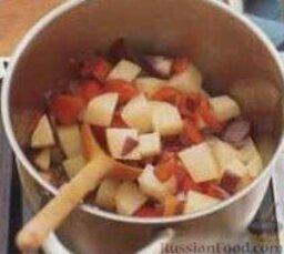 Овощной суп с кукурузой и сыром: 1. В большой толстостенной кастрюле на среднем огне разогреть растительное масло. Высыпать в кастрюлю лук, болгарский перец, чеснок и картофель, готовить на медленном огне, помешивая, примерно 2-3 минуты.