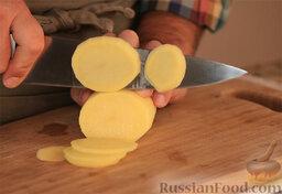 Тортилья де пататас (омлет с картофелем): Процесс, собственно, прост. Картошку чистим и режем шайбами в 3-4 мм. Лук режем так же.