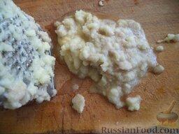 Постные дрожжевые блины: Очистить, помыть и натереть на самой мелкой терке картофель.