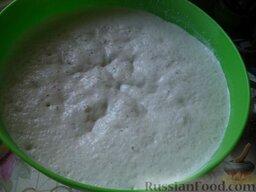 Постные дрожжевые блины: Тесто накрыть полотенцем и оставить в теплом месте на 60 минут. Тесто подошло, еще раз взбить.