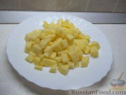 Зеленый борщ с пшеном: Картофель очистите, порежьте и положите в кастрюлю, в которой варится бульон.