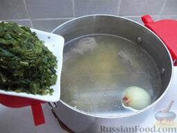 Зеленый борщ с пшеном: В конце приготовления добавьте замороженный щавель. Размораживать его не стоит, он в горячей воде сам быстро оттает.