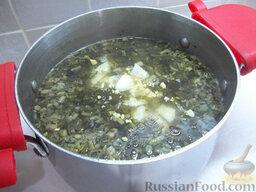 Зеленый борщ с пшеном: Добавьте яйца в борщ, приправьте блюдо солью, перцем и зеленый борщ с пшеном можно подавать к столу.