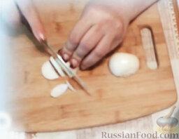Сельдь с овощами (в мультиварке): Селедку вымыть, очистить, нарезать. Переложить в чашу мультиварки.  Лук очистить, нарезать тонкими пластинками. Добавить в мультиварку.