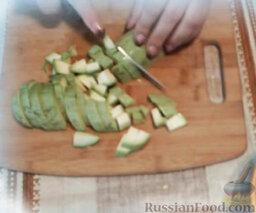 Сельдь с овощами (в мультиварке): Кабачок вымыть, нарезать кубиками. Переложить в мультиварку. Так как в кабачках много влаги, можно не добавлять воды.