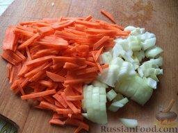 Постный зеленый борщ: Очистить и помыть лук и морковь. Лук нарезать кубиками, а морковь соломкой.