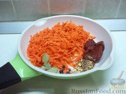 Толстолобик, тушенный в томатном соусе: Морковь очистите, натрите на крупной терке и отправьте в сковороду. Туда же добавьте лавровый лист, душистый перец горошком, гвоздику, соль, приправу для рыбы, сушеный корень сельдерея и томатную пасту. Залейте все водой и проварите около 10 минут.