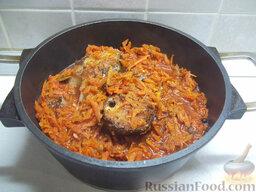 Толстолобик, тушенный в томатном соусе: Залейте заправкой жареную рыбу и тушите ее на маленьком огне около 40 минут.