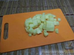 """Домашняя уха """"из топора"""": Картофель очистите, порежьте кубиками и положите вариться в кастрюлю к рыбе."""