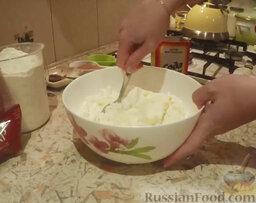 """Творожное печенье """"Ушки"""": Смешиваем размягченное масло с творогом, постепенно добавляем муку, смешанную с содой."""