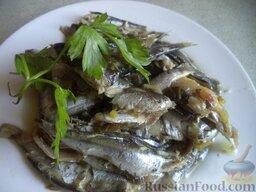 Тюлька (килька) тушеная с зеленым луком: Подавать рыбку с любимым гарниром.  Приятного аппетита!