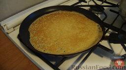Блины с мясом и творогом: 4. Из приготовленного теста на раскаленной сковороде, смазанной маслом, выпечь тонкие блины.