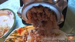 Блины с мясом и творогом: 5. Для мясной начинки вареную говядину с пассерованным луком пропустить через мясорубку, добавить бульон и перемешать.