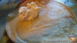 Блины с мясом и творогом: 6. Приготовить творожную начинку. Перемешать творог, творожную массу, яйцо и сахар по вкусу.  7. На каждый блин выложить по одной ложке приготовленной начинки - мясной и творожной. Свернуть блины в трубочку.
