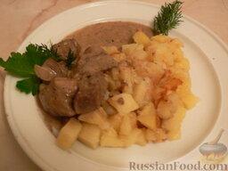 Жареный картофель с печенью: Готовое блюдо украсить зеленью.  Приятного аппетита!
