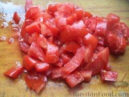 Рисовая каша с овощами (в мультиварке): Вымыть помидоры, нарезать кубиками.