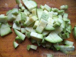 Рисовая каша с овощами (в мультиварке): Вымыть кабачок, отрезать хвостик и соцветие, нарезать кубиками.