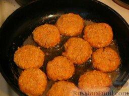Котлеты с крабовыми палочками: Обжарить котлеты из крабовых палочек с двух сторон на сковороде с разогретым маслом.