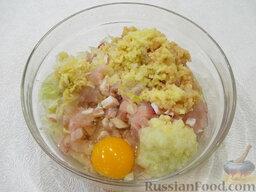Рыбные котлеты: Очищенные и помытые картофель, лук и чеснок пропустите через мясорубку, в которую установите решетку со средними отверстиями. Также добавьте в фарш яйцо.