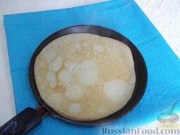 Блинчики с жареным мясом: Сковороду хорошо нагрейте. Наливайте на нее тесто, повертите ею, чтобы тесто растеклось по всей поверхности, и жарьте блинчики с двух сторон до румяного цвета.