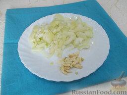Блинчики с жареным мясом: Репчатый лук и чеснок очистите, порежьте и добавьте в сковороду к мясу.