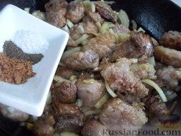 Блинчики с жареным мясом: Прожарьте мясо до слегка румяной корочки и приправьте его солью, перцем и мускатным орехом.