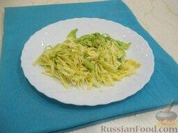 Украинский борщ со свининой: Проделав все эти этапы приготовления, отправьте свеклу вариться в бульон и принимайтесь за капусту, которую помойте и мелко нашинкуйте. В оригинальный рецепт борща входит белокочанная капуста. Однако существует борщ из квашеной либо другой капусты. Например, в современной кулинарии можно добавлять брюссельскую, савойскую или розовую капусту. Поэтому вы можете применять капусту ту, которая вам больше нравится.