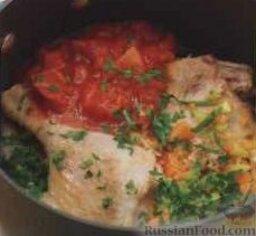 Паста с мясным соусом: 3. Переложить овощную смесь в сотейник с мясом, добавить петрушку, соль, перец, лавровый лист. Залить мясо вином, добавить помидоры, томатную пасту и сахар, готовить на среднем огне около 5 минут. Затем добавить достаточное количество воды, чтобы ее уровень лишь покрывал мясо с овощами, довести до кипения. Уменьшить огонь, тушить утиные окорочка около 1 часа, до мягкого состояния.   4. Снять сотейник с плиты, мясо переложить на досточку. Из сотейника удалить лавровый лист, собрать с поверхности жир. Мясо порубить кубиками, кости и шкурку выбросить. Мясо положить обратно в сотейник с овощами, накрыть крышкой, чтобы сохранить соус теплым.  5. Лапшу отварить в подсоленной воде до готовности, согласно инструкции на упаковке. Готовую лапшу подавать с мясным соусом, посыпав сыром.