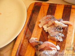 Щука под луково-чесночным соусом: Щуку необходимо почистить и удалить хребет. Нарезать на порционные куски.