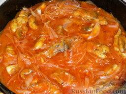 Щука под луково-чесночным соусом: Обжаренную щуку залить готовым соусом и тушить на медленном огне 10 минут.