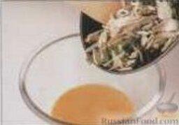 Омлет с мясом и каштанами: В глубокой миске взбить яйца, переложить в них содержимое сковороды, хорошо перемешать.